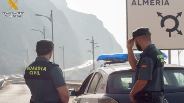 Dos agentes de Guardia Civil de Almería frente a El Cañarete