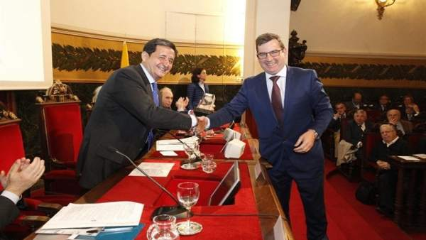 El director de Valdecilla, Julio Pascual recoge un premio de la SEN  (archivo)