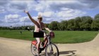 Un diputado británico pedalea desnudo