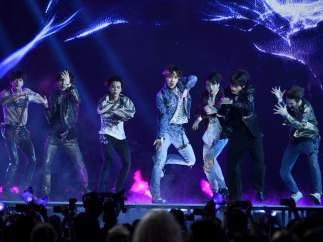 RM, junto a su banda BTS