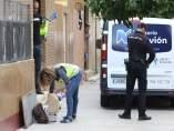 La Policía trabaja junto al domicilio de la mujer aseinada en Los Pajaritos