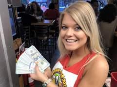 Una camarera recibe 10.000 dólares de propina
