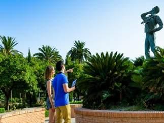 Extranjeros turistas visita viaje málaga costa del sol estatua ocio paseo verano