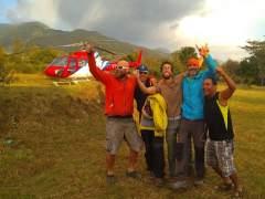 Un helicóptero lanza víveres y medicinas al parapentista español herido en el Himalaya