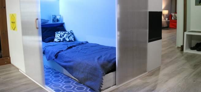 Una habitación de un 'piso colmena' en el espacio expositivo de Haibu 4.0 en L'Hospitalet de Llobregat.