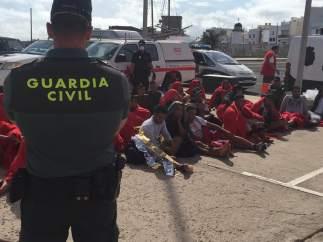 Inmigrantes custodiados por la Guardia Civil en Puerto Naos