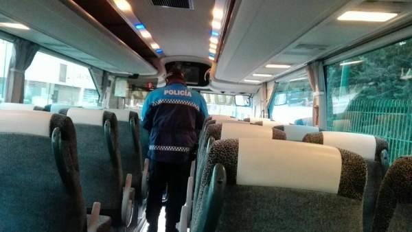 La Policía de Valladolid inspecciona un acutocar