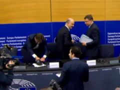 Un eurodiputado italiano pisotea los papeles de Moscovici tras el rechazo de sus cuentas