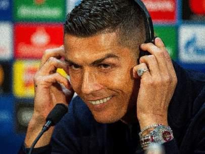 Cristiano Ronaldo, luciendo el carísimo reloj, durante la rueda de prensa