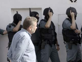 Alberto Chicote, en '¿Te lo vas a comer?', con la Guardia Civil.