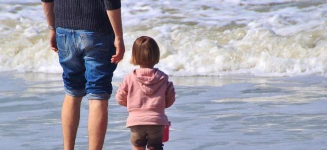 Menor junto a su padre