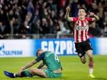 Lozano celebra un gol ante la desesperación de Alderweireld.