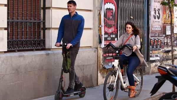 La DGT quiere prohibir el aparcamiento en las aceras a los patinetes y a las bicicletas