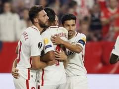 Los futbolistas del Sevilla celebran un gol.