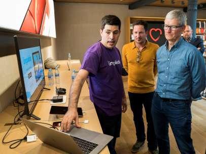 Tim Cook, CEO de Apple, en su visita a la tienda de la Puerta del Sol de Madrid.