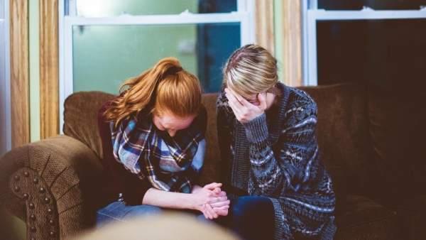 Dos mujeres lloran