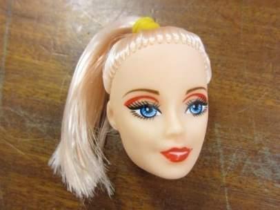 Cabeza de una de las muñecas destruidas