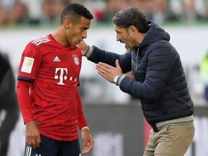 Thiago Alcántara recibe instrucciones de Niko Kovac.