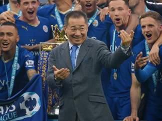 Vichai Srivaddhanaprabha, celebrando el título de liga del Leicester City en 2016.