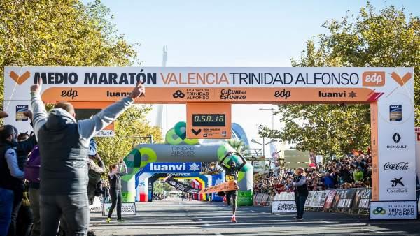 Récord del Mundo de Abraham Kiptum en el Media Maratón en València