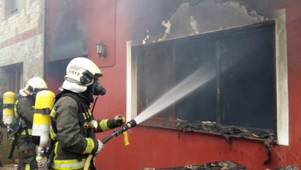 Bomberos extinguen un incendio en una vivienda de Argoños