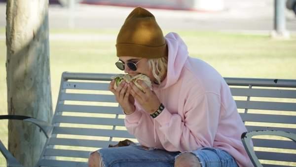 Justin Bieber comiendo de forma extraña un burrito