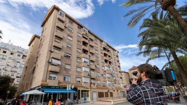 Una mujer se arroja al vacío con un niño de cuatro años en brazos en Murcia