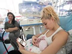 La UCI del Servicio de Neonatología del Hospital Clínic de Barcelona ha instalado cámaras para que los padres puedan ver a sus hijos recién nacidos durante las 24 horas del día a través de una web.