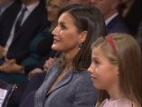 Letizia sigue la lectura de la princesa Leonor