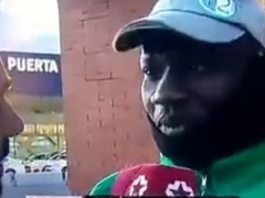 Periodista entrevistando