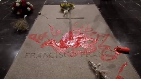 Arrojan pintura roja sobre la tumba de Franco en el Valle de los Caídos