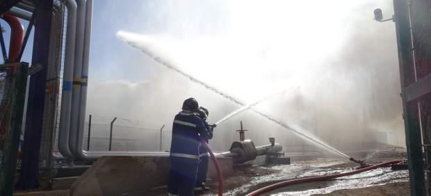 Extinción del incendio en un planta de chatarras en Salinetas, en Telde