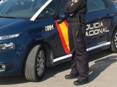 Agente y coche de policía (archivo)