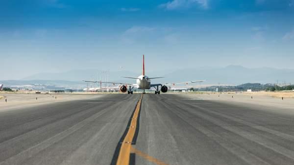 Avión rodando en pista