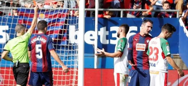 Iglesias Villanueva muestra una tarjeta durante el Eibar - Alavés
