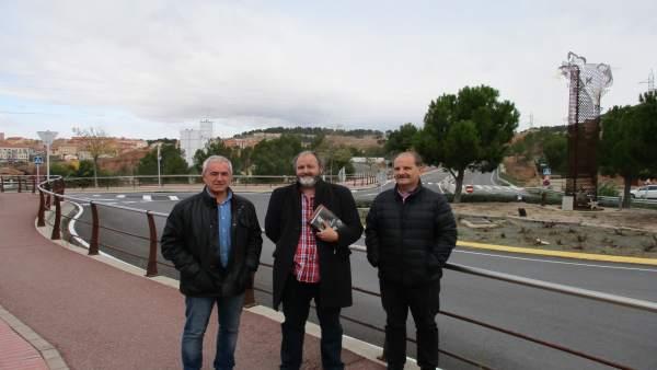 Morón, el concejal Miguel Torres y el historiador Javier Hernández en la Vía.