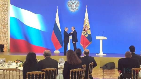 Putin entrega una medalla a De la Torre