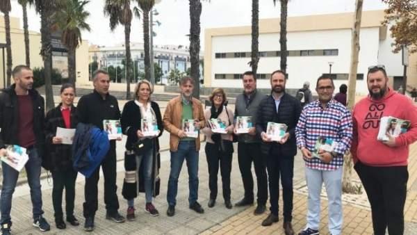 Reparto informativo del PSOE en Isla Cristina (Huelva)