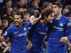 Morata, Pedro y Marcos Alonso celebran un gol con el Chelsea.