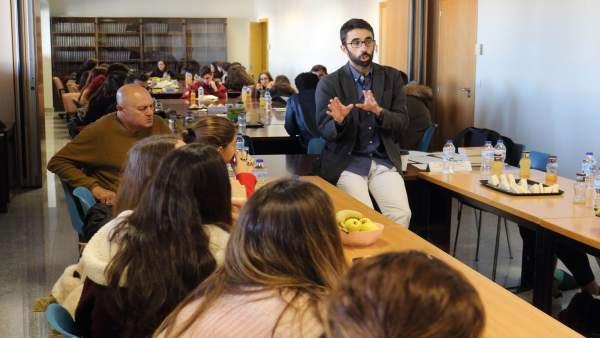 Alumnos de secundiaria participan en una actividad de la UPO