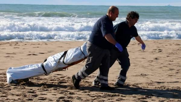 e985f4cf8c802 Los servicios funerarios se llevan el cadáver aparecido e la playa de Les Botigues  de Sitges