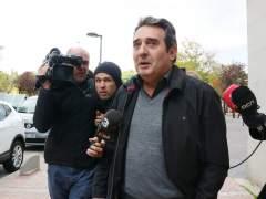 Manuel Bustos, exalcalde de Sabadell, atiende a los medios de comunicación a la salida del juzgado.