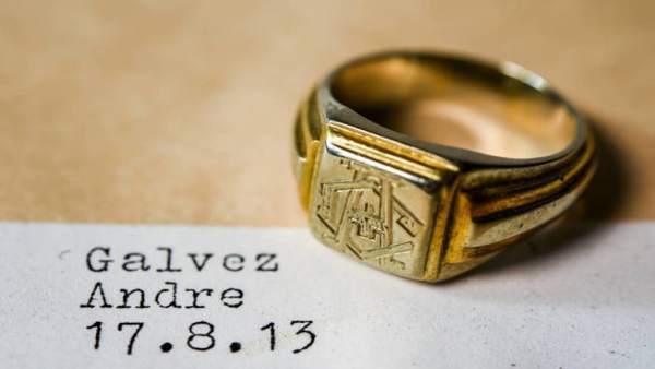 """Anillo tipo """"sello"""", con la inscripción de sus letras iniciales en mayúscula"""
