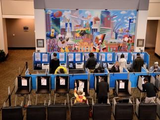Los estadounidenses depositan sus votos en el Denver Election Center, Colorado.