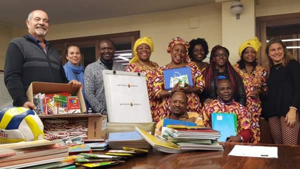 Entrega de material escolar de Pagesos solidarios para una escuela de Camerún