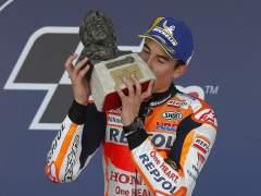 Marc Márquez, piloto de Repsol Honda celebra un triunfo con un trofeo de Nieto