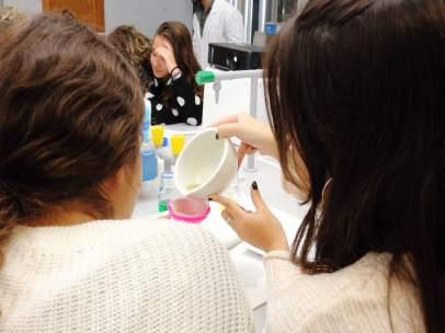 Estudiantes en un taller de extracción de ADN vegetal