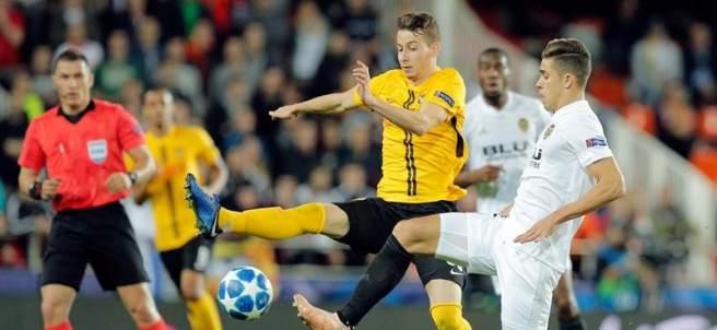 Gabriel, del Valencia, disputa un balón en el partido ante el Young Boys.
