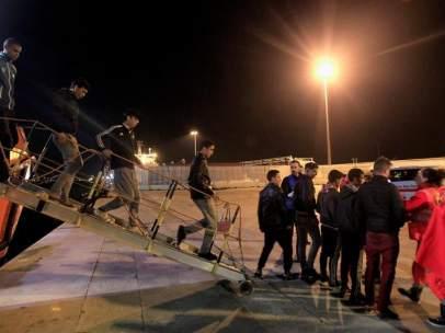 Inmigrantres rescatados en el estrecho