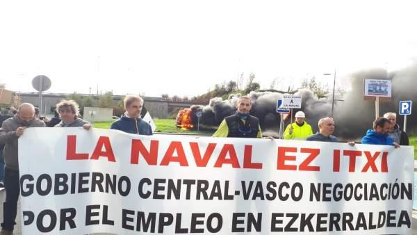 Trabajadores de La Naval se manifestan en el astillero este jueves